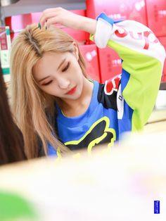 g idle 💕 Kpop Girl Groups, Korean Girl Groups, Kpop Girls, Anime Girls, K Pop, Stan Love, Soo Jin, Set Me Free, Music People