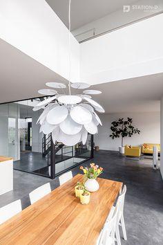 Villa Harnaschpolder - Station-D Architects - http://station-d.nl - Op het zuidwesten, waar achter- en rechter zijgevel bij elkaar komen, bevindt zich een enorm hoge hoekpui van zes meter, met daarin een te openen schuifpui. Dit zorgt ervoor dat de grenzen tussen binnen en buiten vervagen. Het directe zonlicht dat hier binnenvalt wordt gedempt door verborgen screens. In deze hoek van de woning bevindt zich de vide. Foto: Stijnstijl Fotografie #vide #interieur #interieurstyling