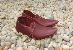 This reproduction shoe is based on number 99 from Shoes and Pattens. Shoe Cobbler, Elizabethan Era, Renaissance Fashion, How To Make Shoes, Shoe Art, Leather Working, Beauty And The Beast, Shoes Online, Medieval
