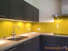 Keuken achterwand geel Funky Kitchen, Loft Kitchen, Kitchen Room Design, Kitchen Layout, Rustic Kitchen, Interior Design Kitchen, Diy Kitchen, Kitchen Dining, Kitchen Cabinets