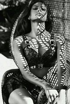 Nőies idomok, gyönyörű, karakteres arc. We <3 Eva Mendes #woman #fashiin #editorial #evamendes