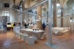 """Instalación """"The Restaurant"""" de #TomDixon y #Caesarstone International en Milán con las luminarias Melt y sillas Y en color blanco."""
