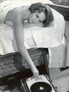 Women everywhere do this(Francoise Arnoul)? Bob Dylan, Jeane Manson, Vinyl Junkies, Record Players, Vintage Vinyl Records, French Actress, Passion, Vinyl Art, Lps