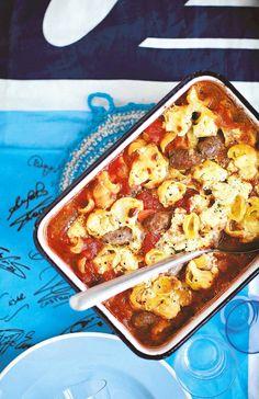 Gnoccheista, juustosta, chorizosta ja tomaattimurskasta syntyy ehkä maailman herkullisin uunipasta. Chorizopastan täyttämisessä ei tarvitse olla turhan tarkka, nokare sinnepäin riittää – juustotahna saa sulaa tomaattikastikkeen joukkoon.