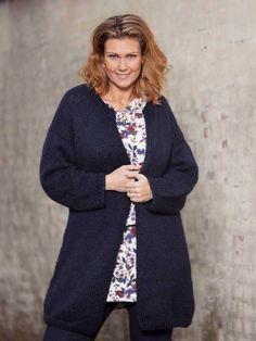 Lang, hyggelig jakke i en klassisk mørkeblå farve, der passer til alt. Jakken, der har en klædelig A-facon, er super som overtøj hele foråret. Cardigans, Sweaters, Facon, Mantel, Knitting, Vest, Style, Inspiration, Damask