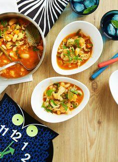 Nopea kasvisminestrone   Kasvis, Keitot, Arjen nopeat   Soppa365 Chana Masala, Thai Red Curry, Vegan, Ethnic Recipes, Food, Party, Turmeric, Fiesta Party, Meals