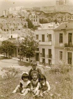 Ρετρό φωτογραφίες βγαλμένες από μια άλλη εποχή, δείχνουν ένα πρόσωπο της Αθήνας που οι περισσότεροι δεν γνωρίζουν, ενώ οι παλιότεροι αναπολούν. Old Photos, Vintage Photos, Black White Photos, Black And White, Greece History, City People, As Time Goes By, Athens Greece, Military History