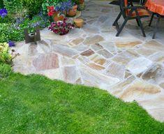 """Terrassen-Beläge: Naturstein """"Ob Granit, Sandstein, Poryphor, Travertin oder Quarzit - eine Terrasse aus Natursteinen ist immer etwas Besonderes, da jeder Stein für sich ein Unikat ist. Je nach Dichte der Steine sind sie wie z.B. Granit nahezu unverwüstlich, während weiche Sandsteine recht schnell altern können. Um angenehm darauf laufen zu können, sollten Natursteinplatten möglichst eben sein. Nachteil: Natursteine sind oft teuer."""""""