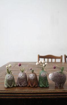Miniature Creatures Made of Felted Wool by Nastasya Shuljak – E) Fabric/Felt Art – Home crafts Needle Felted Animals, Felt Animals, Small Animals, Felted Wool Crafts, Felt Crafts, Primitive Christmas, Wet Felting, Needle Felting, Fuzzy Felt