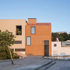 o charme da Casa Zé, em Portugal. a residência foi construída com € 80 mil euros e reutilizou as formas de madeira nos interiores. conheça: http://www.bimbon.com.br/arquitetura/casa_ze