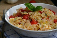 Insalata di pasta al pomodoro fresco e aromi