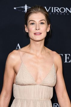 Celebrities - Rosamund Pike Photos collection You can visit our site to see other photos. Rosamund Pike, Sexy Older Women, Old Women, Diane Lane Actress, Pride And Prejudice 2005, Gone Girl, Catherine Zeta Jones, Old Hollywood Glamour, Beautiful Celebrities
