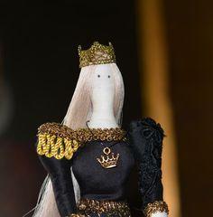 Mila Doll au Rosenborg Castle Copenhague #copenhagen#rosenborgcastle #tildadoll #copenhague #denamark  #reine #fashiondoll  #dolls #doll  #tilda #tildamania #tildalove #instadolls #artdolls #photodolls  #muñeca #bonecasdetecido  #bonequinhas #gold #dollsphotographie #handmadedolls #artdolls #arte #creatives  #bonecatilda #queendoll #queen  #cinéma #Mozart #gratidão #gratitude