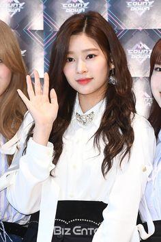 청순 미녀 181115 Mnet M Countdown Camera Rehearsal Photo Wall  #izone #minju