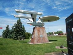 Starship - in Vulcan, Alberta; a likeness of starships from the Star Trek series, made by Gary McKinnon West Coast Canada, Roadside Attractions, Roadside Signs, Canadian Things, Star Trek Images, Star Trek Series, Famous Landmarks, Road Trippin, Lugares