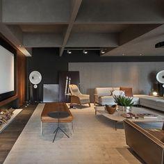 Móveis baixinhos garantem a visão completa da tela no home theater e ainda favorece a acústica. Projeto de Elaine Carvalho.