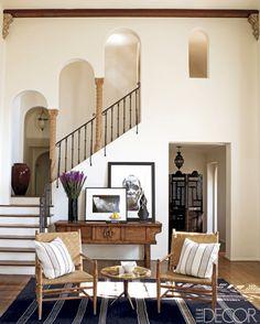 Meredith Grey´s mediterraans interieur  De woonkamer zit vol mediterrane invloeden, zoals de Marokkaanse bogen bij de trap en de zonnige katoenen stoffen gebruikt voor de kussens.