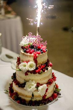 Tort weselny z pięknym topperem