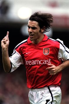 Pires - an Arsenal great. Playing the Wenger way. Arsenal Fc, Arsenal Players, Arsenal Football, Best Football Team, Football Soccer, Fifa, Bobby, English Premier League, European Football