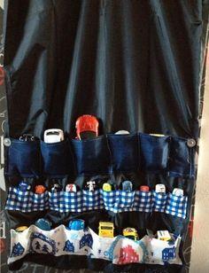 Met een kleding zak en wat stof een mooie op ruim idee voor mijn kleinzoon zijn autotjes