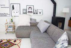 Le canapé aux lignes scandinaves et à la couleur parfaite :) Gris chiné clair. J'adore. On note le tapis aux allures bohèmes qui relève le tout et dynamise l'espace salon !