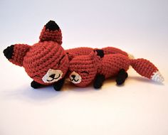 Amigurumi Mother Fox and Baby Fox (Free crochet fox pattern) Crochet Kawaii, Crochet Fox, Cute Crochet, Crochet Animals, Crochet Crafts, Crochet Projects, Yarn Crafts, Crotchet, Amigurumi Free