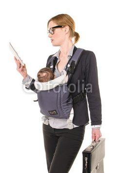 Geschäftsfrau mit Baby und Tablet-PC