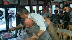 BBC Mundo - Noticias - Efusivo abrazo del pizzero a Barack Obama