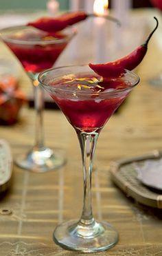 Drinque cor do pecado. Rendimento 1 taça Tempo de preparo 5min  Ingredientes 1 dose de vodca aromatizada com pimenta*; 1 dose de licor de morango; 2 colheres (sopa) de frutas vermelhas (morango, blueberry, amora); Mel a gosto.