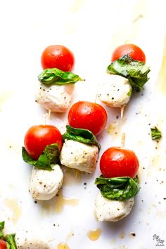 These individual mini caprese skewers are sure to be a hit. Cherry tomatoes + mini mozzarella balls + basil + white balsamic drizzle = AMAZE little food that lights your tastebuds up! Skewer Appetizers, Appetizers For Party, Appetizer Recipes, Cold Appetizers, Appetizer Ideas, Healthy Appetizers, Healthy Food, Tomato Mozzarella Skewers, Caprese Skewers