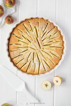 Heute verrate ich euch ein feines Rezept für einen Apfel-Marzipan-Kuchen. Mit heimischen Äpfeln, die es jetzt überall zu pflücken und zu kaufen gibt.