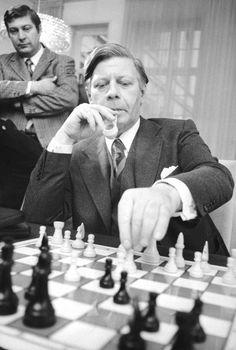 Schach-Fan: Helmut Schmidt 1975 bei einer Simultanpartie in seinem Büro. Der...
