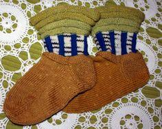 Koivulla värjätyillä langoilla neulotut kotikoivu-sukat