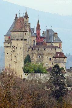 El castillo de Menthon-Saint-Bernard es una antigua fortaleza, del siglo X, reconstruida varias veces y restaurada en el siglo XIX en estilo neogótico, que se encuentra en la localidad de Menthon-Saint-Bernard, en el departamento de Haute -Savoie en la región de Ródano-Alpes