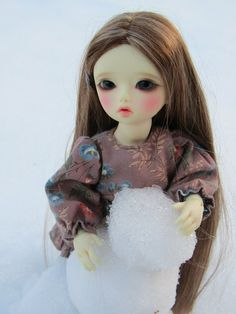 Lila making a snowman on FinestDoll.com