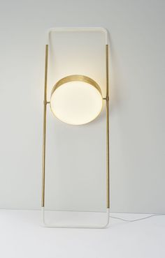 Lampada da parete circolare e girevole, ottone e bianco. Swivelling round wall lamp, brass and white. Interior Lighting, Modern Lighting, Lighting Design, Deco Luminaire, Luminaire Design, Blitz Design, Blue Table Lamp, Unique Lamps, Room Lights