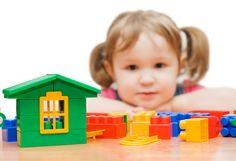 Zastanawiacie się, jakie zabawki będą najlepsze dla rozwoju Waszych pociech? Najczęściej sprawdzają się proste rozwiązania. Klocki są tego doskonałym przykładem. Jest to zabawka, która powinna znaleźć się w każdym pokoju malucha. Zabawa klockami rozwija wyobraźnię, sprawność manualną, koordynację wzrokową i kreatywność. Czego chcieć więcej :)