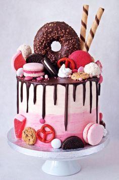Du ser nå på produktet «Loaded candy cake». Dette er en kake som har både smak og utseende fra ditt favorittgodteri! Du kan velge mellom Kinder, Snickers, Twix, Hobby, Ferrero Rocher, Japp, Raffaelo, Daim og alt hva du måtte ønske. Se i vårt bildegalleri for inspirasjon. Du kan også velge «Enhjørning-kake» Alle våre 1.etg-kaker er [...] Candy Birthday Cakes, Beautiful Birthday Cakes, Candy Cakes, Cupcake Cakes, Donut Cakes, Cute Desserts, Drip Cakes, Sweet Cakes, Creative Cakes
