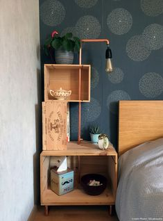 Bedside table composed of several wooden boxes arranged around a copper rod that serves as a support for a lamp. Source by Recycled Furniture, Home Furniture, Diy Home Decor, Room Decor, Diy Nightstand, Wall Boxes, Room Accessories, Furniture Styles, Decorative Objects