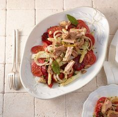 Süße, explosiv fruchtige Fleischtomaten und weißer Thun, in Sherry-Essig mariniert: Aufregender als dieses aufs Wesentliche reduzierte Original kann Tomatensalat nicht schmecken.