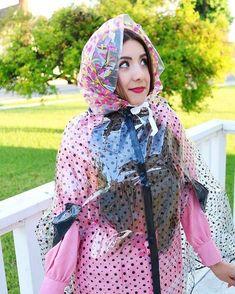 Belles en capes - - Photos - page 1 Vinyl Raincoat, Pvc Raincoat, Plastic Raincoat, Plastic Pants, Capes, Imper Pvc, Rain Bonnet, Rain Cape, Maid Uniform