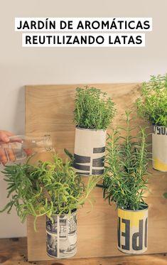 Tutorial sobre cómo hacer una jardinera de aromáticas vertical suprarreciclada. Fabricada reutilizando latas y un periódico viejo. American Crafts, Repurposed, Recycling, Diy, Floral, Crafty, Gardens, Old Newspaper, Herb Garden