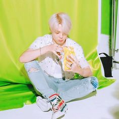 Animated gif discovered by ᴳᵒˡᵈᵉᶰ ᴵᵈᵒˡ. Find images and videos about gif, bts and jungkook on We Heart It - the app to get lost in what you love. Bts Boys, Bts Bangtan Boy, Bts Jimin, Jikook, K Pop, Park Jimin Cute, Bts Video, Bts Group, Korean Men