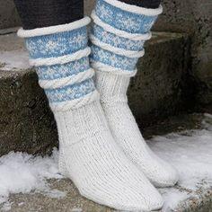 Pakke med oppskrift og garn til ett par sokker med snøfnuggmønster.