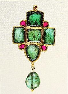 17th century, North India, 55 mm. Ruby, emerald, and pearl pendant in 18 kt gold. Fabricated in Kundan technique.