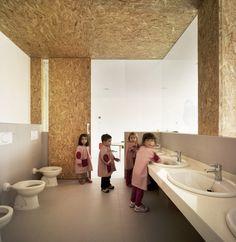 Kindergarden between Palms in Los Alcazares / Cor & Asociados, shared bathroom, osb, sinks, toilets tile floor