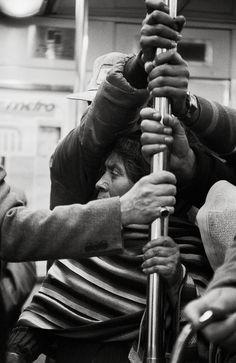 """En el Metro, las multitudes anónimas escenifican complejidades de la realidad social mexicana. En la lucha diaria por la subsistencia, miles de imágenes y personajes convergen significativamente en ese """"No Lugar"""" que es el transporte colectivo, y donde sólo el ojo entrenado es capaz de ver la fugacidad de un instante memorable. Foto: Elsa Medina"""