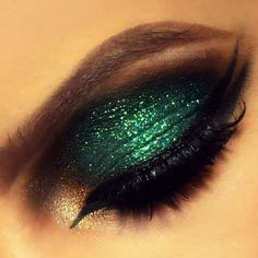 A green glittery Arabic eye look will keep everyone's eyes on you. Wear it to a party.
