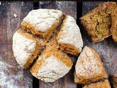 Oj, ett nytt favoritbröd… Jag kanske säger det ofta? Men det här var verkligen supergott! Ett snabblagat glutenfritt bröd som inte behöver jäsa. D.v.s innehåller ingen jäst utan bakas…