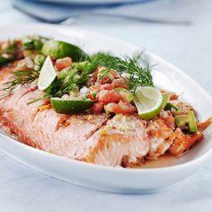 Fenkolilohi ja avokado-tomaattisalsa on kauniin värikäs ruoka. Kala on maustettu fenkolinsiemenillä. Salsan raikkaus sopii lohen makuun.